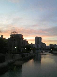 朝焼けの中の原爆ドーム