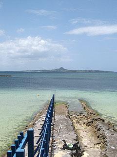 エメラルドビーチと備瀬の間の柵