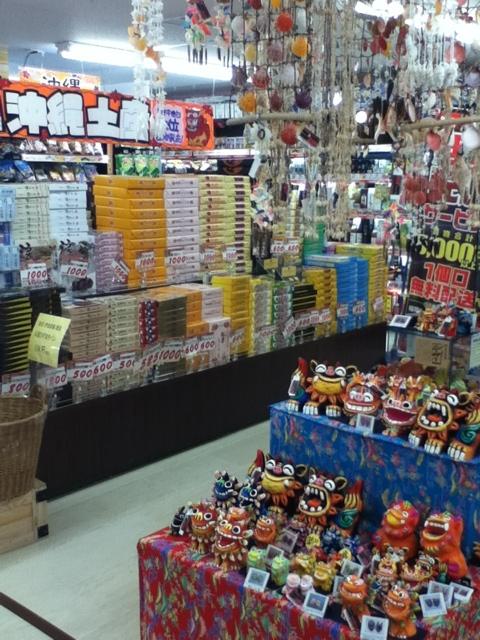 ドンキホーテ国際通り店1階:充実した沖縄土産コーナー