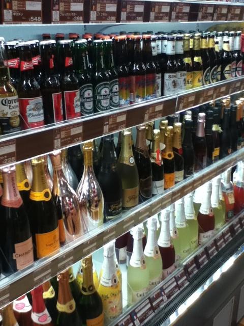 ドンキホーテ国際通り店地下1階:夜の街が近いのでお酒の種類も多い