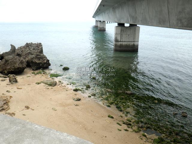 伊良部大橋宮古島側の下の海