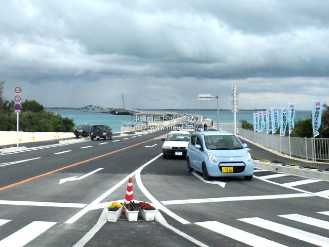伊良部島側に案内板がないので左右どちらに行けばわからず橋出口は大渋滞