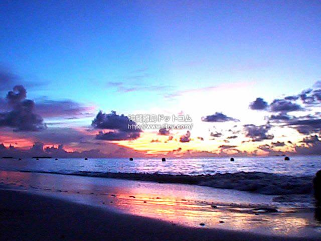 鏡のように夕焼けを映しだす砂浜(波照間島の壁紙/... 鏡のように夕焼けを映しだす砂浜 - 波照