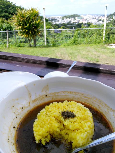 スープカレーの締めにライスを入れて食べる