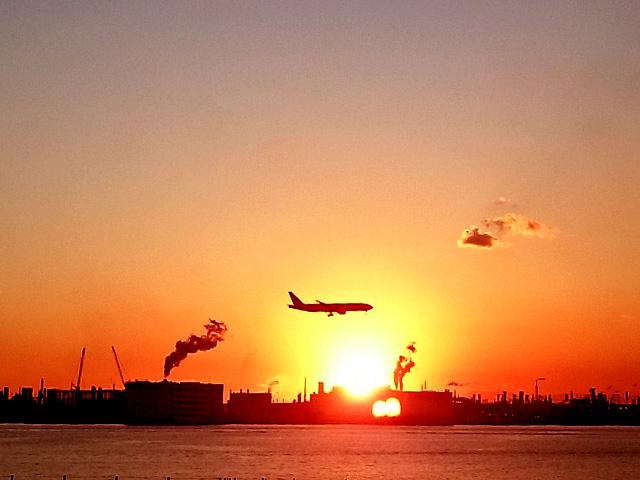 那覇でも望める夕日と航空機