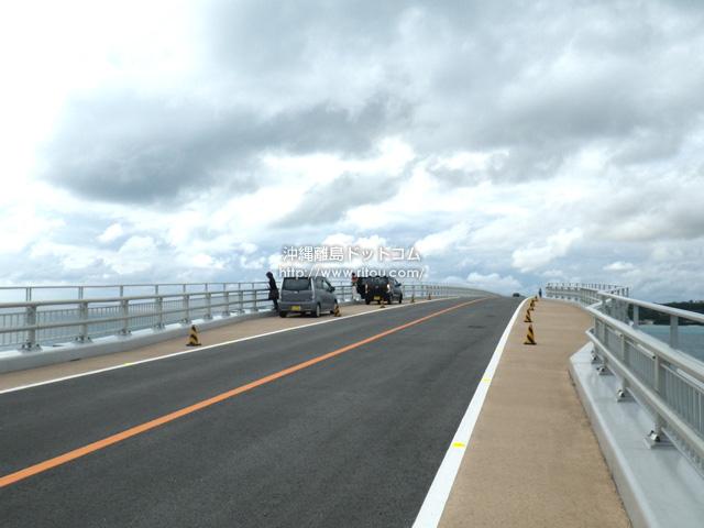 橋の伊良部島側には待避スペースがあるが違法駐車が横行
