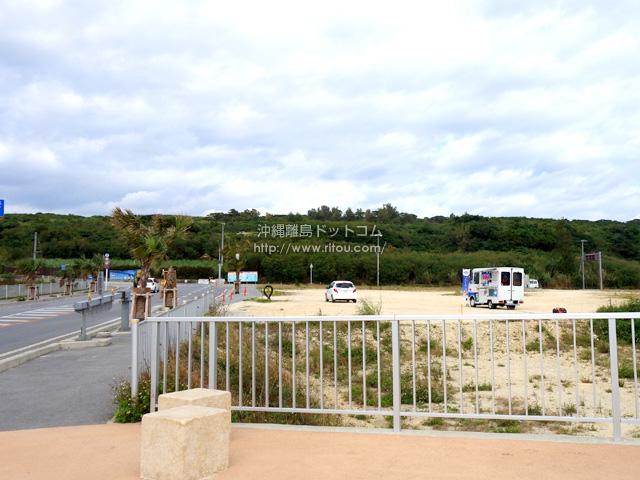 駐車場的な広いスペースが伊良部島側に!