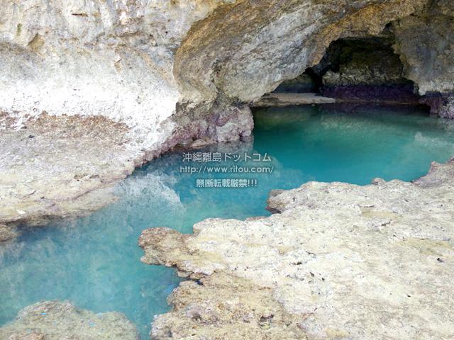 通常の青の洞窟と違って入口が大きいのですぐにわかります。ちなみに洞窟内の奥に行くには、向かって左が深場なので泳がないと進めませんが、向かって右側なら浅瀬なので歩いて行けます。
