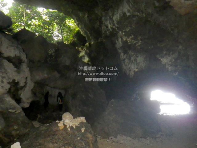 洞窟内は結構広く、なんと天窓的な穴まであります。それ以外にもトンネルがいろいろあって違う岩場から外に出ることも可能!