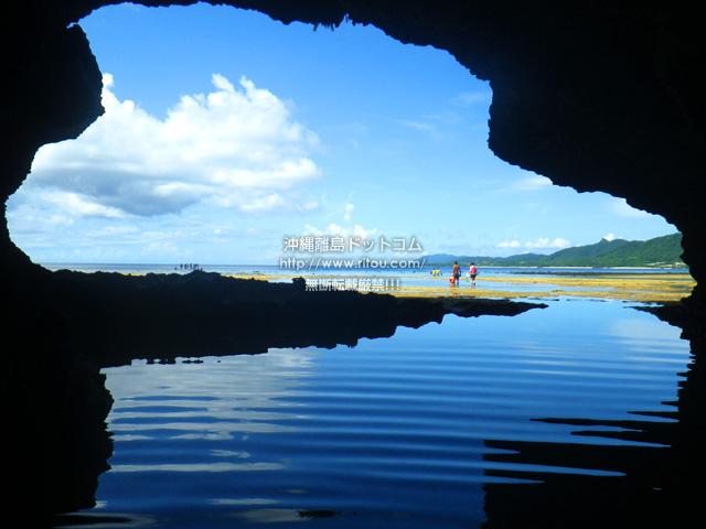 洞窟内から入口を見ても通常の青の洞窟のように水面が青く見えませんが、その代わりにその水面が鏡のようになるかも?