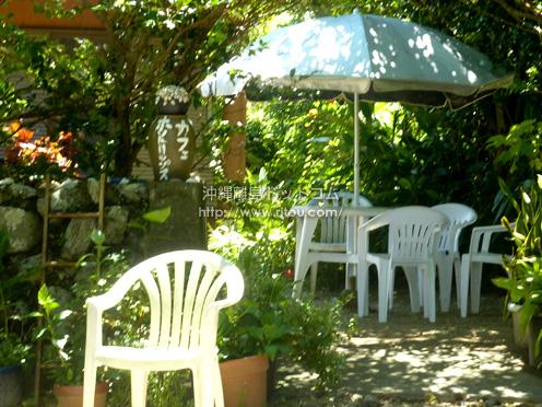 【加計呂麻島】諸鈍のデイゴ並木の中に「カフェホットリップス」