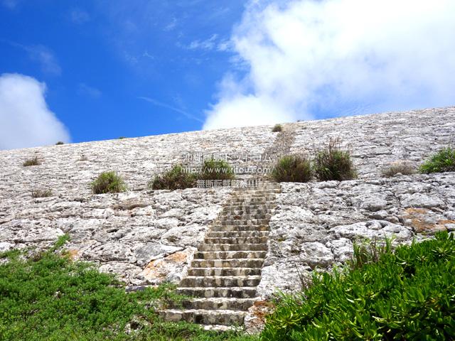 なんと上へ登る階段がある!