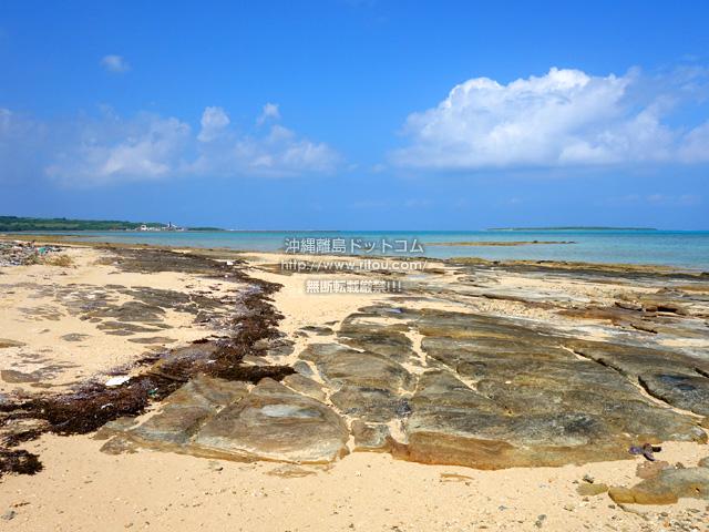 久米島畳石のような印象的な岩がある