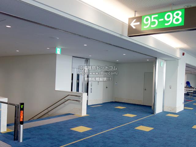 Cゲート脇に1階のバス搭乗口への階段