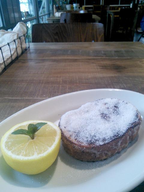 オハコルテベーカリーのフレンチトースト(レモン果汁前)