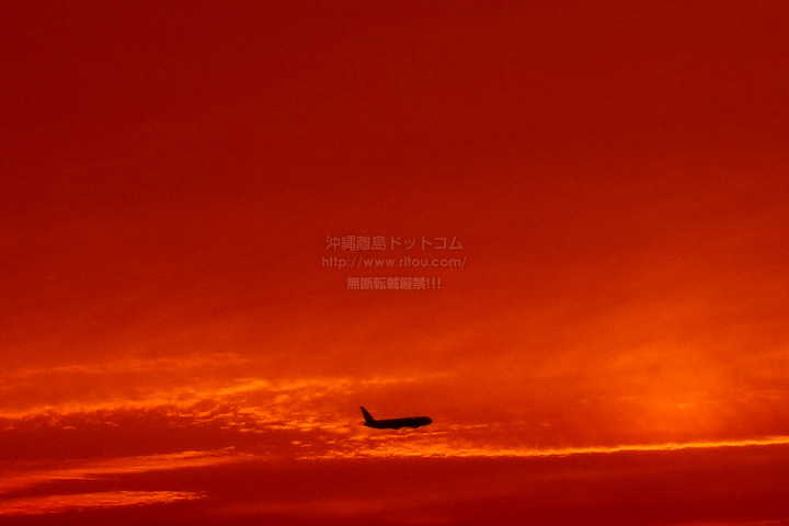 北風なので離陸する航空機と夕焼け!