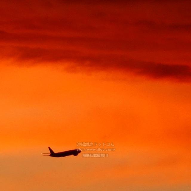 夕焼けと航空機