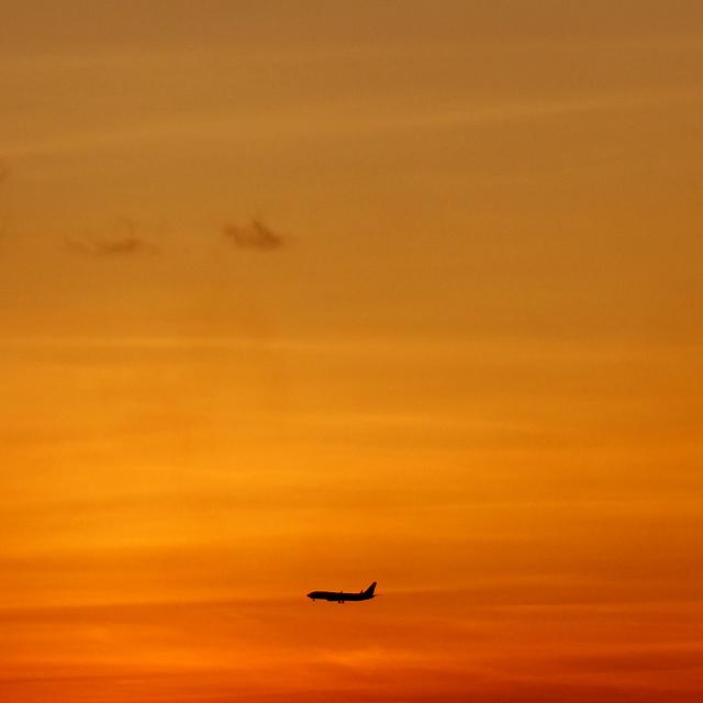 2019/08/28 の夕日と/航空機