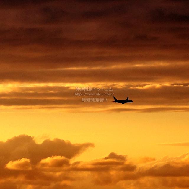 2019/10/29 の夕日と/航空機