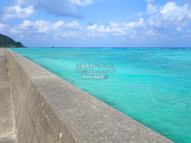防波堤近くに行くとさらにヤバイ海の色