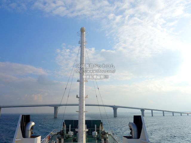 伊良部大橋をくぐる!多良間島行きの船限定(多分)