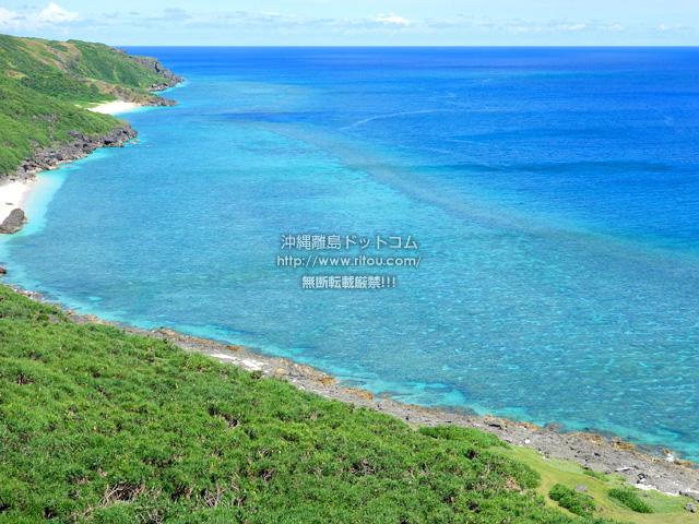 東崎崖下の海の色
