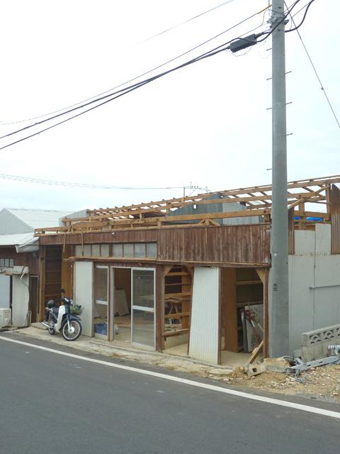 この茶花市街のカフェのように各地で屋根がこの状態の建物有り