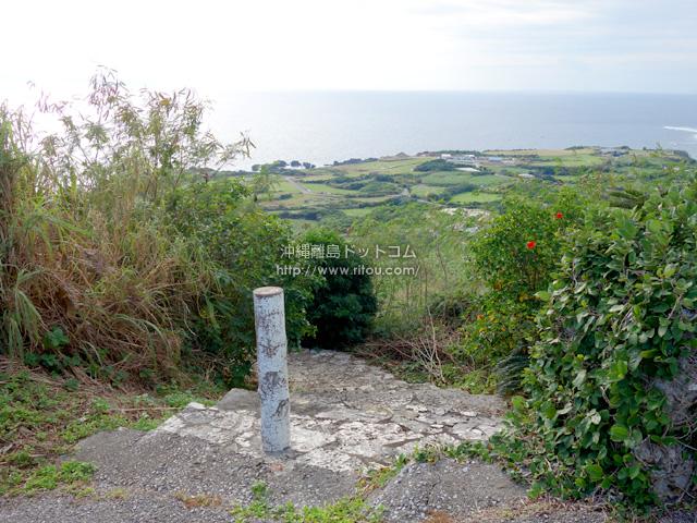 景色が以前より開けた城跡側の入口