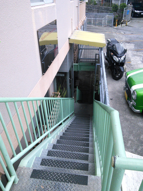 ズートンズの駐車場や裏通りからの入口