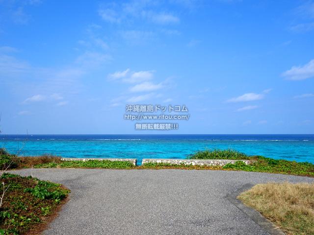 与論島の海辺の駐車場