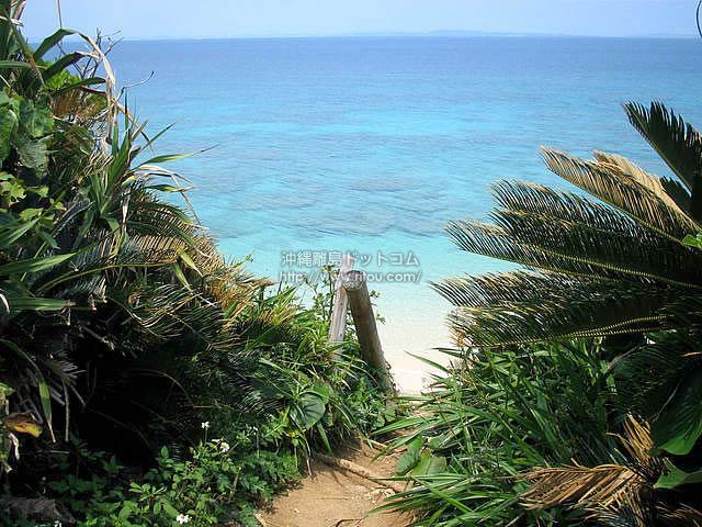 ロマンスロードからビーチへ降りれる場所(久高島の壁紙/写真)