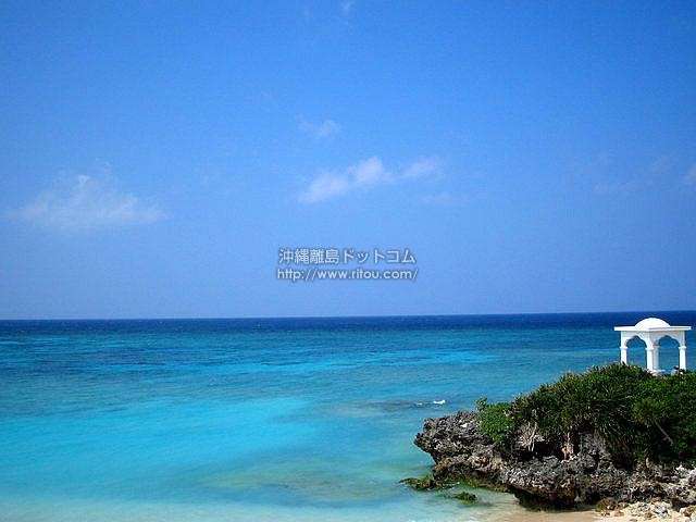 青い海に白い建物(与論島の壁紙/写真)