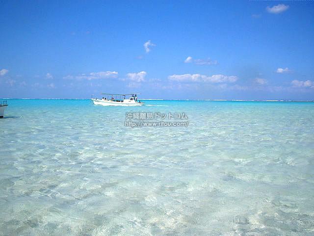百合ヶ浜を進む船(与論島の壁紙/写真)