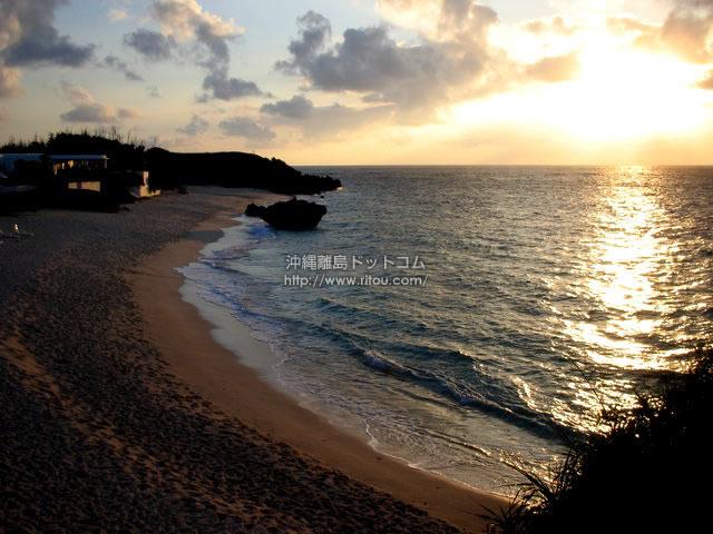 夕日が映える与論島のビーチ(与論島の壁紙/写真)