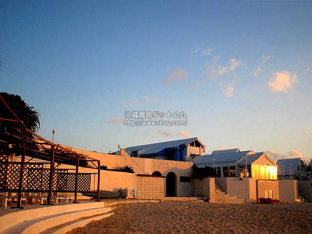 夕日に映えるホテルのビーチサイド(与論島の壁紙/写真)