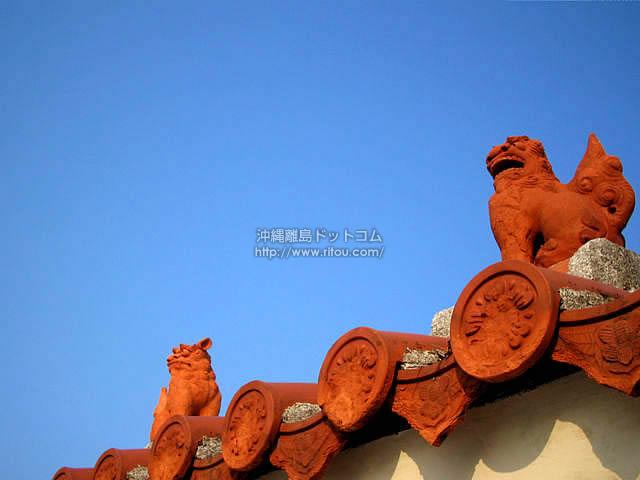 青い空と赤いシーサー(粟国島の壁紙/写真)