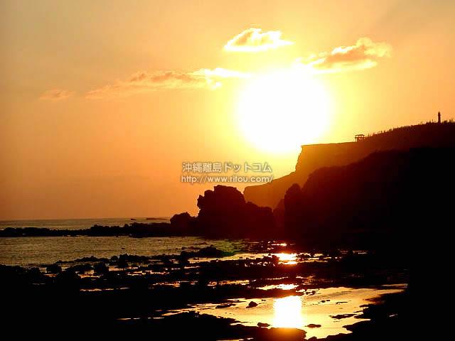 マハナ展望台へ落ちる夕日(粟国島の壁紙/写真)