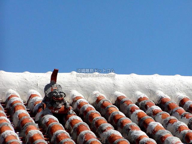 赤瓦にシーサー・そして青い空(阿嘉島の壁紙/写真)