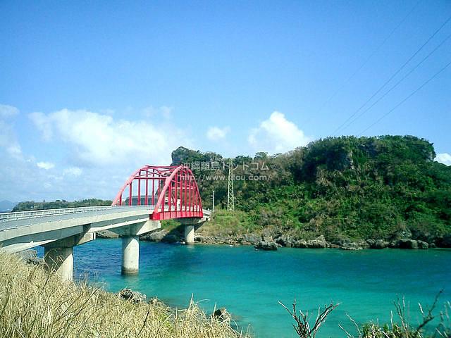 赤い橋・青い海(伊計島の壁紙/写真)