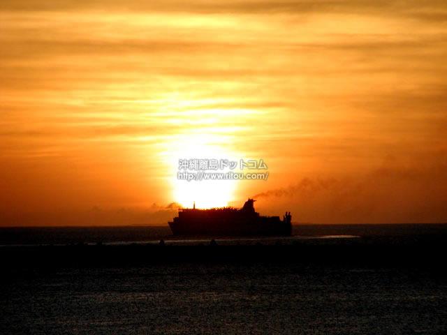 船に落ちる夕日(那覇エリアの壁紙/写真)