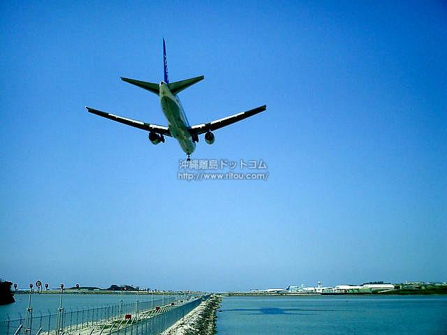 飛行機が間近に!(瀬長島の壁紙/写真)