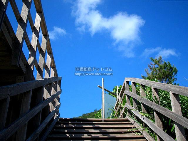 ビーチからデッキへ(座間味島の壁紙/写真)