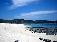 嘉比島の嘉比東のビーチ - ちょっと南にいくと岩場もあり
