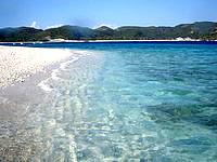 嘉比島の嘉比東のビーチ - 透明度って言うか青色がキレイです