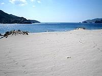 嘉比島の嘉比南のビーチ - 波打ち際から離れれば広い砂浜