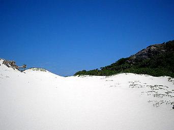 嘉比島の嘉比島の中央「ちょっとした砂の山になっています」
