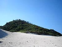 嘉比島の嘉比島の中央 - 転がり落ちたら気持ちよさそうな砂山