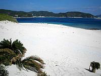 嘉比島の嘉比島の中央 - 砂の丘から北のビーチを見下ろします