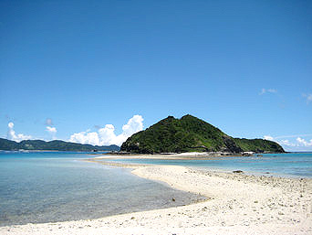 安室島の安室島と座間味島を結ぶ水路「大潮の干潮時には繋がります」