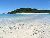 安室島の安室島と座間味島を結ぶ水路 - 潮が引いている時間は短い